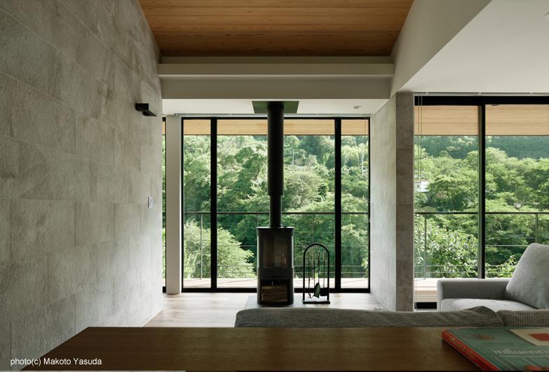 薪ストーブ 越しに渓谷を見る - 東伊豆・終の住処 - Kimizuka Architects