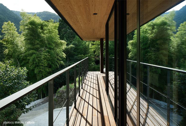 樹々を映し込むバルコニー - 東伊豆・終の住処